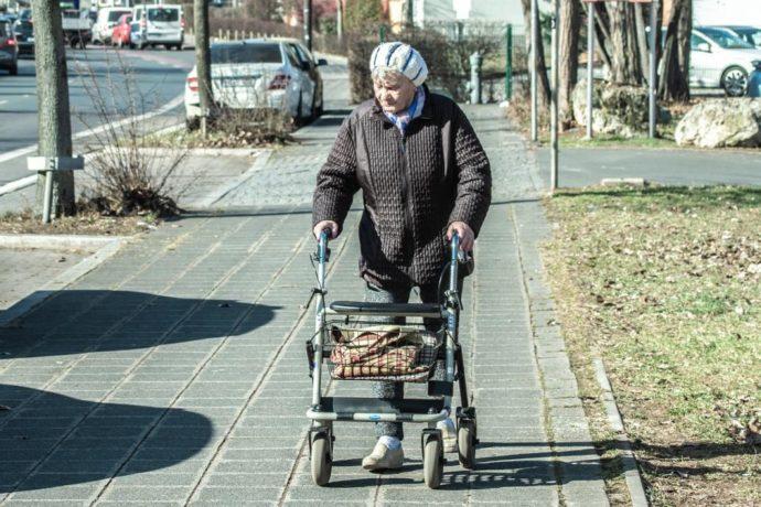 Пенсионерка идет по улице