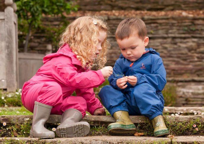 Дети в непромокаемых комбинезонах