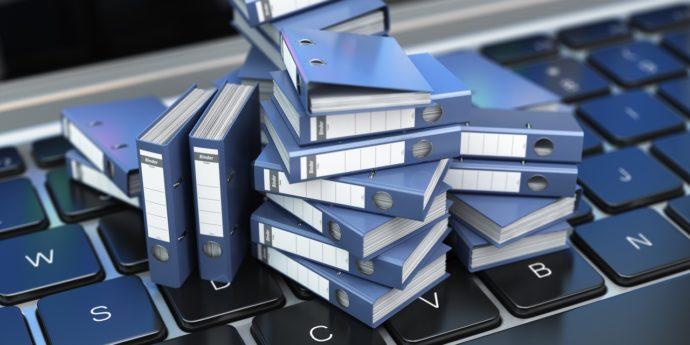 Ноутбук и папки с файлами