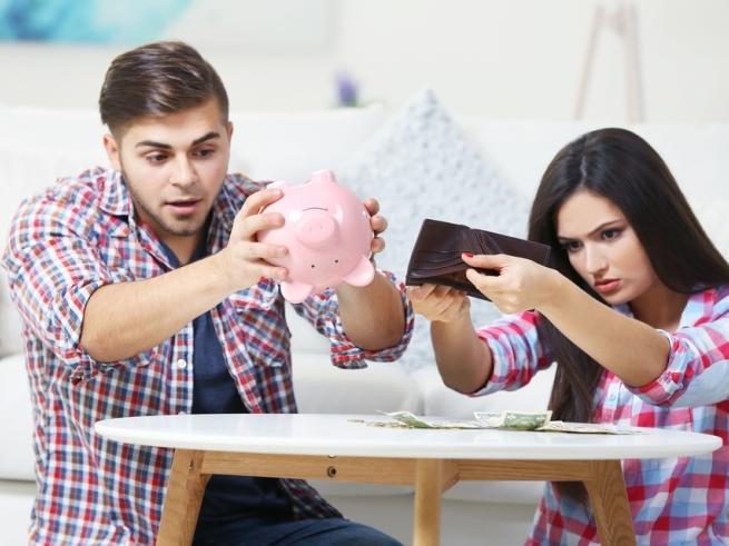 Парень и девушка вытряхивают деньги