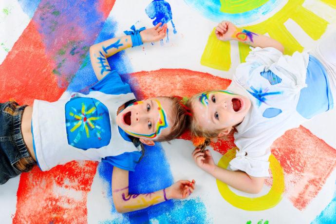 Двое детей разрисованные красками