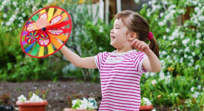 Девочка в саду с цветами