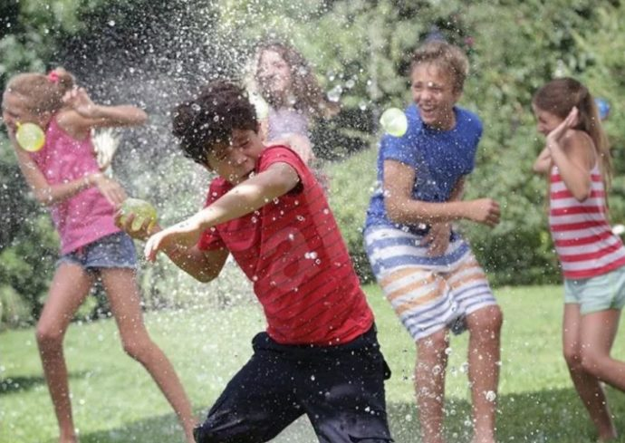 Дети играют в водяные бомбочки
