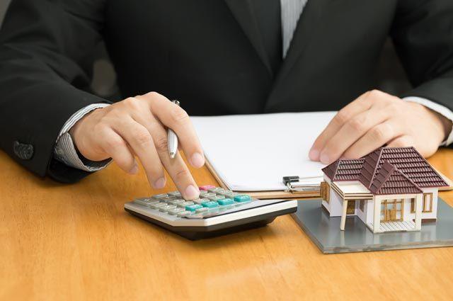 Калькулятор и домик на столе