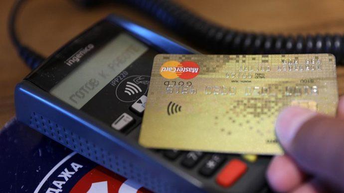 Терминал оплаты и банковская карта
