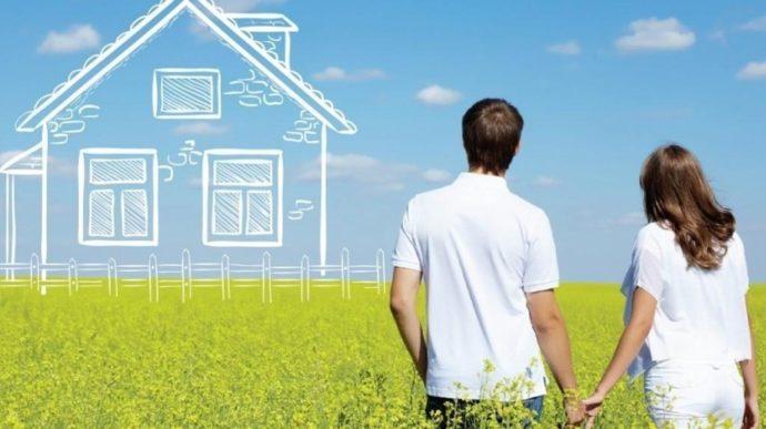 Мужчина и женщина мечтают о доме