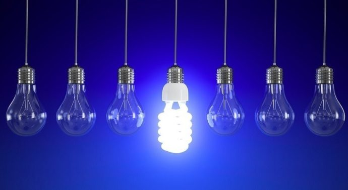 Энергосберегающая и обычные лампочки