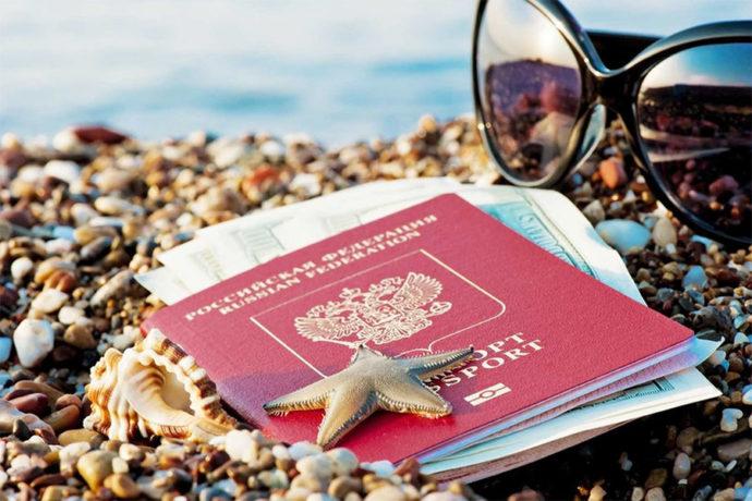 Паспорт и очки на берегу моря