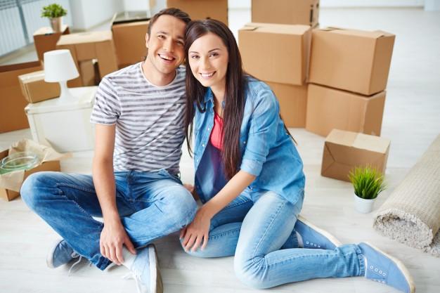 Девушка и парень в новой квартире