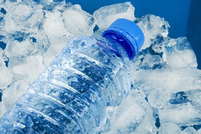 Лед и вода в бутылке