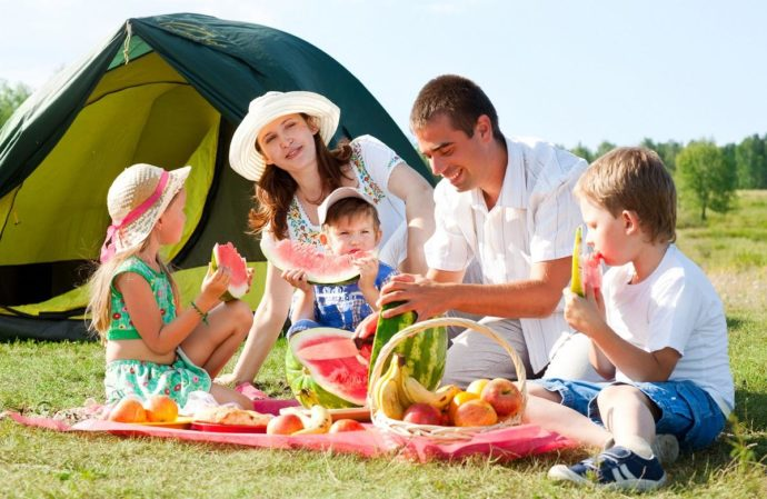Семья возле палатки на пикнике