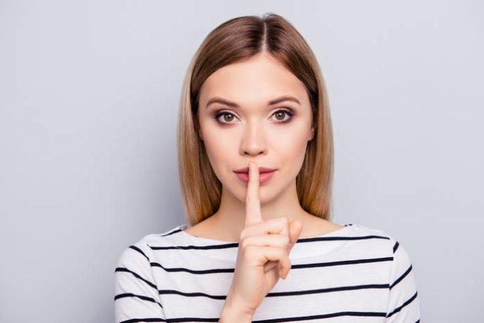 Девушка приложила палец к губам