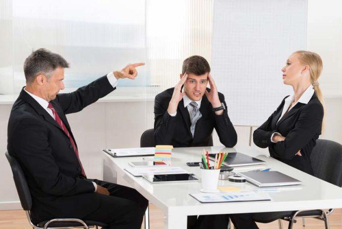 Сотрудники в офисе спорят
