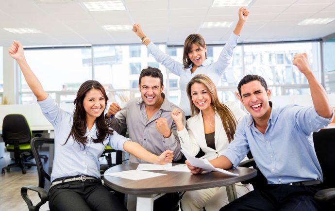 Веселые люди в офисе