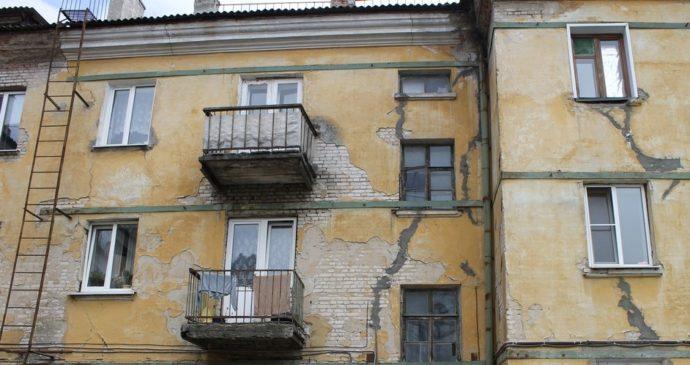 Дом с потрескавшимися стенами