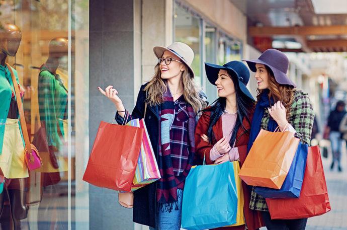Девушки с пакетами на шоппинге