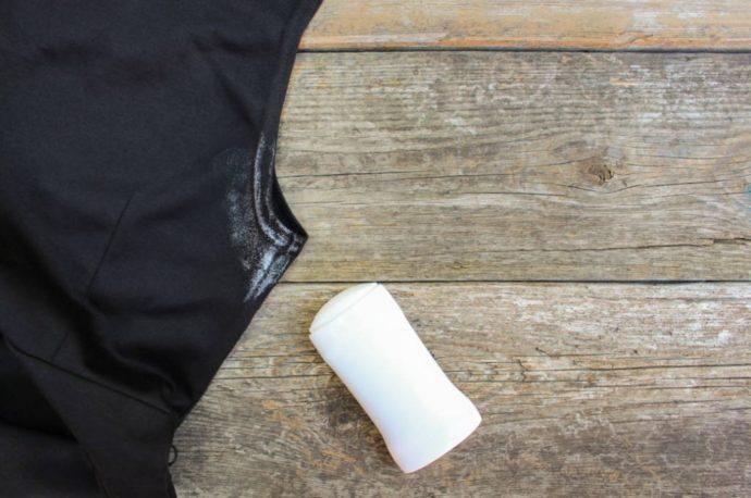 Черное платье и пятно от белого дезодоранта