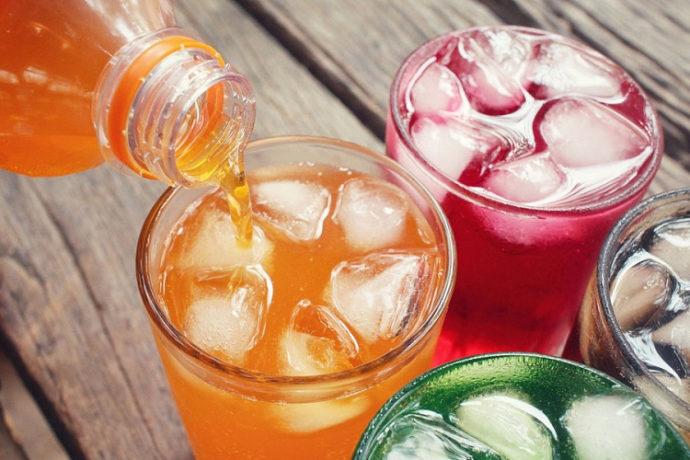 Газировка в стакане со льдом