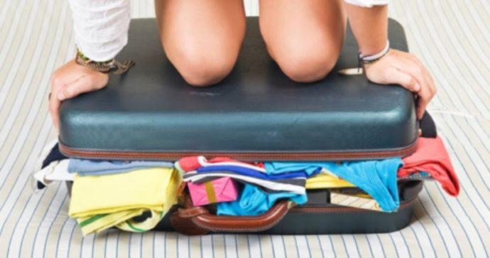 Незакрытый чемодан с вещами
