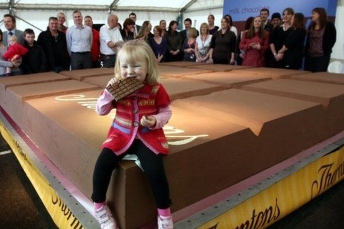 Огромная плитка шоколада от компания Thortons