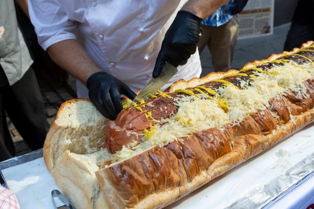 Хот-дог из 145 кг булочки и 120 кг сосиски