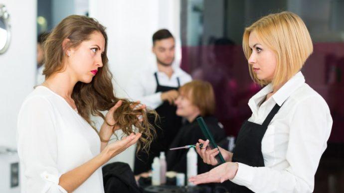 Девушка разговаривает с парикмахером