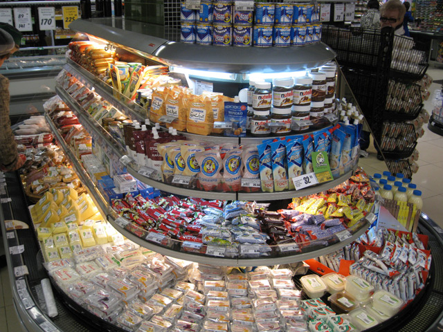 Круговая выкладка товаров в супермаркете