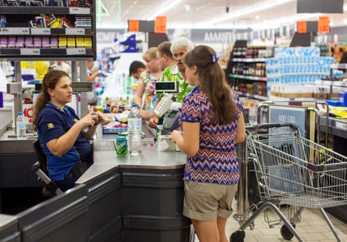 Покупатели у кассы супермаркета