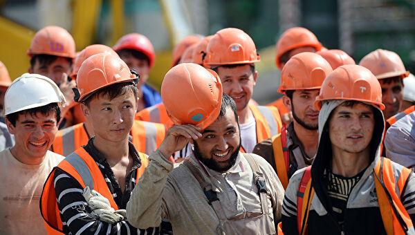 Строители в оранжевых касках