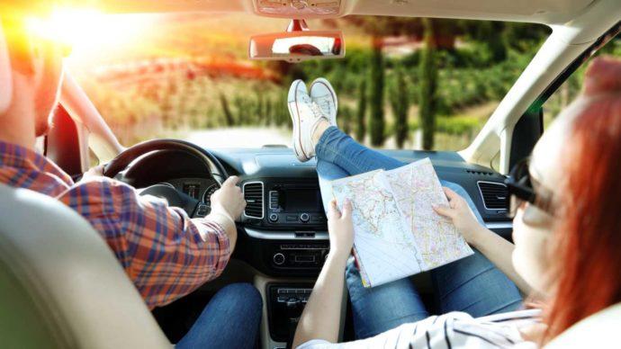 Туристы с картой в машине