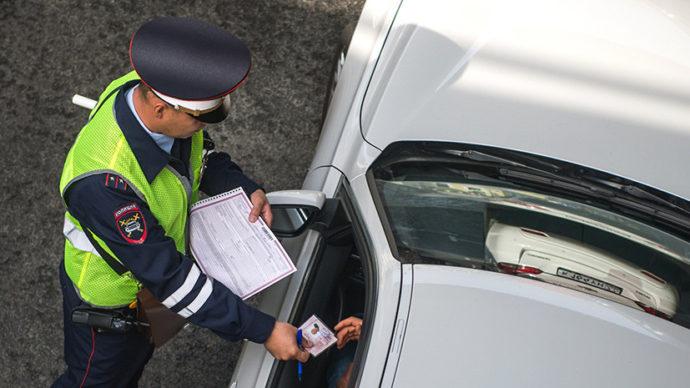 Инспектор проверяет документы водителя