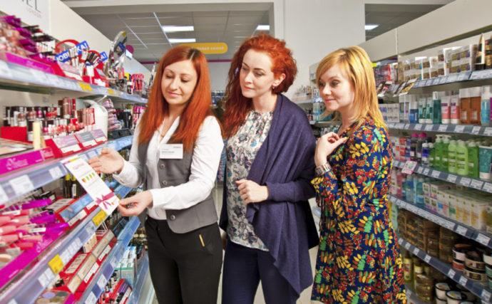 Покупатели в магазине Магнит-косметик