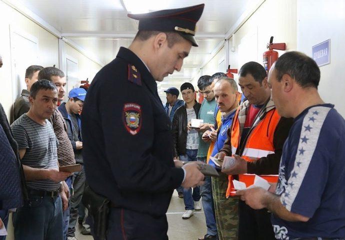 Полицейский проверяет документы у мужчин