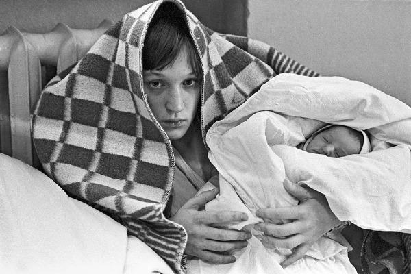 Женщина с ребенком в советском роддоме