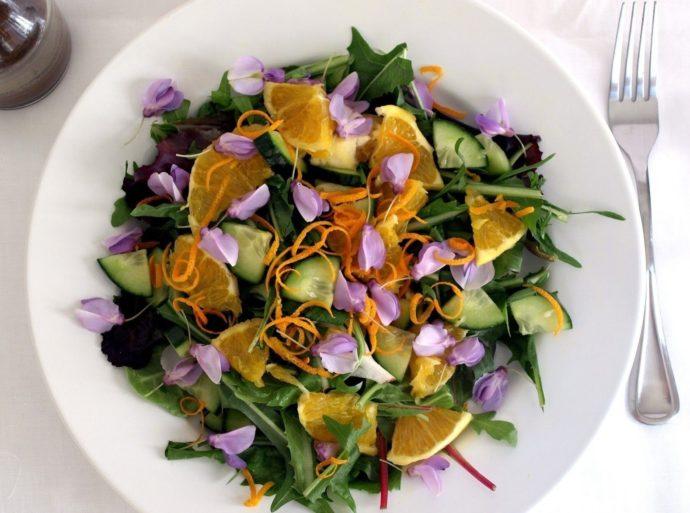 Блюдо посыпанное цветами