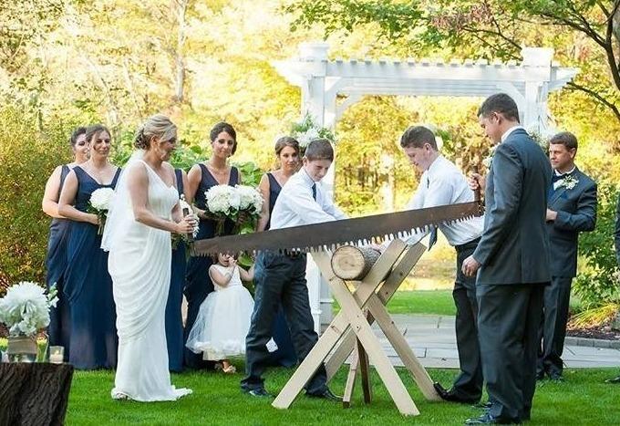 Жених и невеста распиливают бревно
