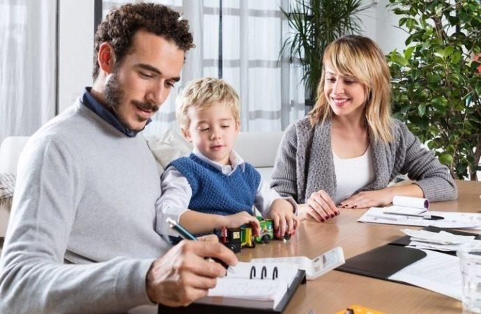 Семья с ребенком за столом