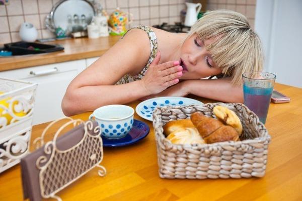 Сонная девушка за столом