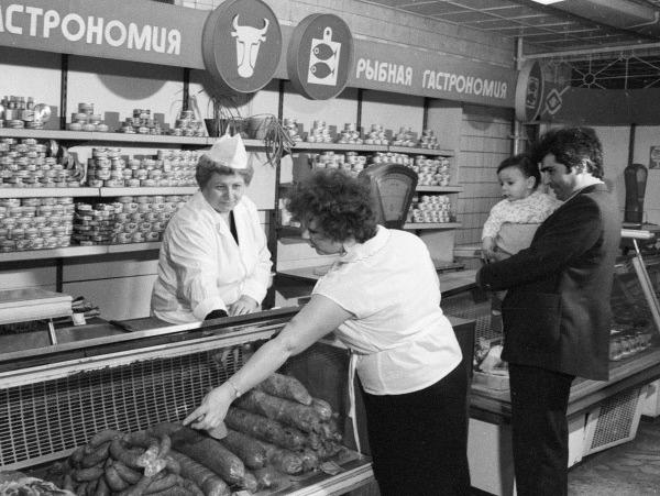 Покупатели в советском магазине
