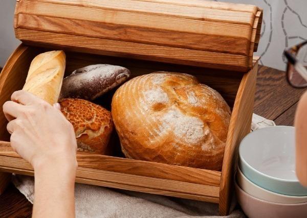 Хлебные изделия в деревянной хлебнице