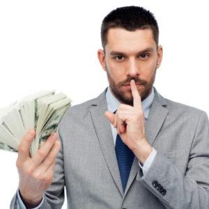 Мужчина прячет деньги
