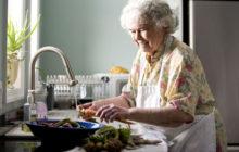 Бабушка моет морковь