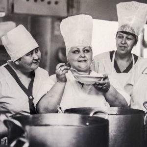 Советский повар с помощниками дегустирует еду