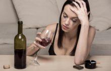 Девушка в слезах пьет вино