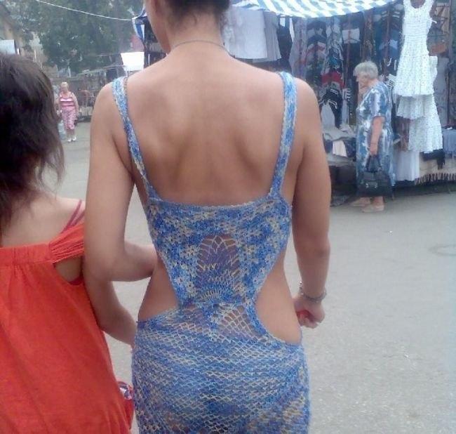 Девушка в вязаном сарафане
