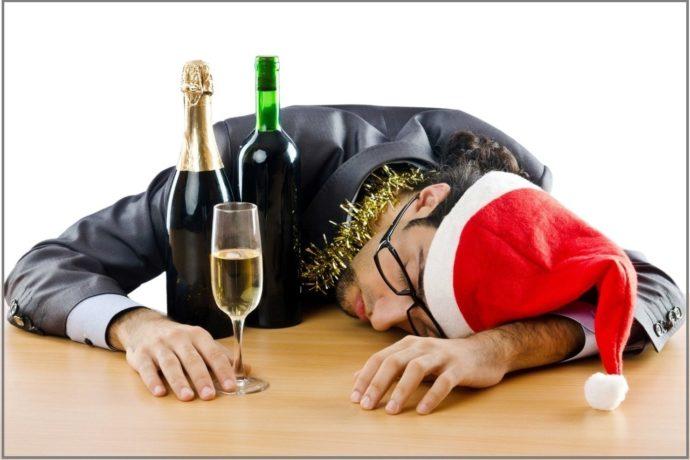 Мужчина уснул за новогодним столом