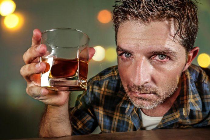 Мужчина со стаканом виски
