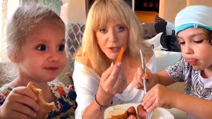Пугачева кормит своих детей