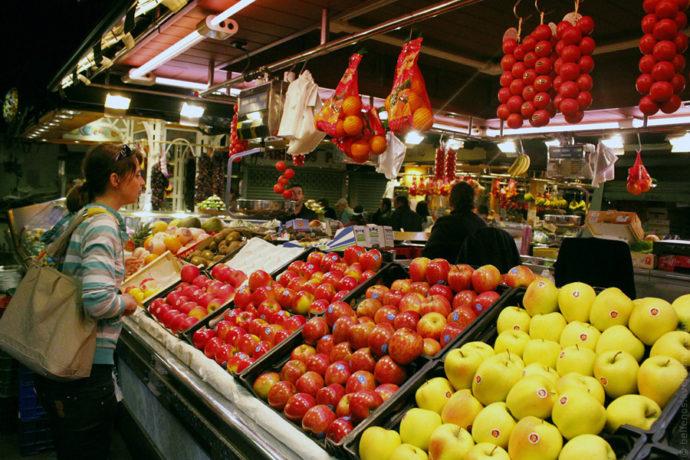 Раскладка фруктов и овощей на рынке
