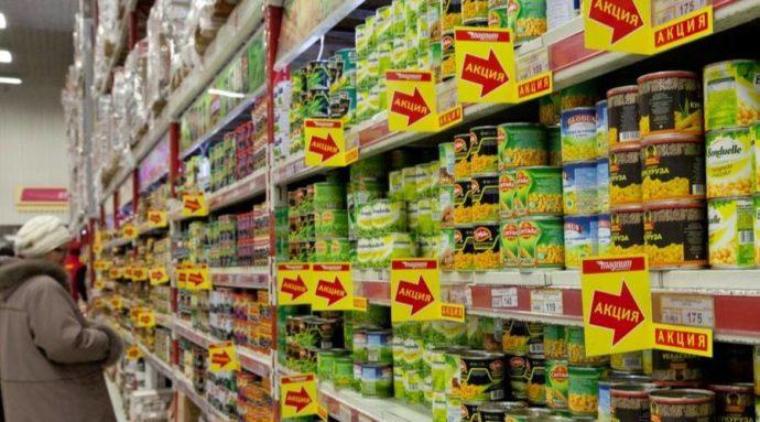 Полка с консервами в супермаркете